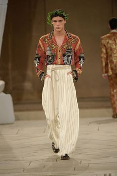 See all the Collection photos from Dolce & Gabbana - Alta Sartoria Autumn/Winter 2019 Couture now on British Vogue High Fashion Men, Fashion Jobs, Fashion 2020, Fashion Show, Fashion Outfits, Fashion Design, Hijab Fashion, Dolce & Gabbana, Androgynous Fashion