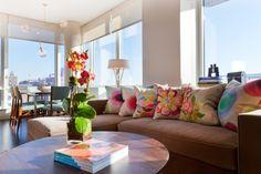 contemporary living room. Très sobre et ce sont les accessoires qui sont colorés