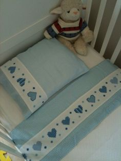 mavi beyaz etamin kalp işlemeli bebek pike takımı