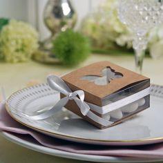 Kraftpapier trifft auf Schmetterling: Kartonage aus Kraftpapier mit transparentem Innenteil, damit der Inhalt einsehbar ist & einem Innenfenster in Schmetterlingsform.
