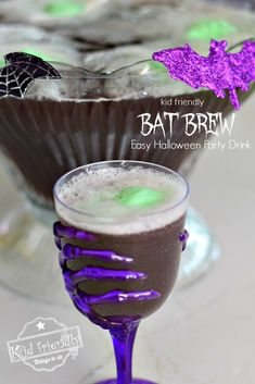 Create this fun non-alcoholic party drink that's easy to make for your kid's Halloween Party. This Halloween Punch Recipe for Kids is fun and yummy too! Halloween Punch For Kids, Halloween Party Drinks, Healthy Halloween, Easy Halloween, Non Alcoholic Punch, Party Drinks Alcohol, Kid Drinks, Punch Recipes For Kids, Food Crafts