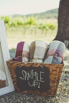 21. #fournir des couvertures/enveloppes si ça va être #froid ou Breezy - 51 #idées pour votre #mariage en plein #air... → #Wedding
