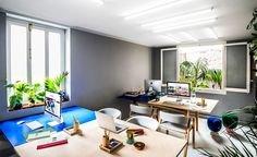 Fans of the Memphis Group, the Masquespacio team looked to pairing bold hues and geometric forms to create a comfortable office environment
