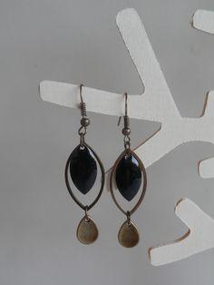 ***Nouveauté*** Boucles d'oreille ethnique, sequin émaillé noir et anneau forme losange, et breloque goutte d'eau : Boucles d'oreille par motus-et-bouche-cousue