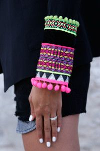 An exotic twist on a classic peak lapel, double-breasted blazer. Clean lines generate a stunning silhouette enhanced by ethnic cuffs. A surreal mix of vibrant hues, Dalí would approve. Fashion Details, Diy Fashion, Do It Yourself Mode, Hippie Boho, Bohemian Style, Look Boho Chic, Sleeve Designs, Diy Clothing, Refashion