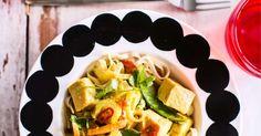 Pikainen kalacurry syntyy nopsasti pakastekalasta. Kookosmaito ja mausteet maustavat ruoan intialaishenkiseksi curryksi. Koti, Easy Cooking, Chili, Curry, Tacos, Mexican, Ethnic Recipes, Turmeric, Curries