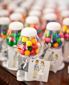mini gumball machines as wedding favors https://m.beau-coup.com/#!/products/4412