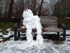 Ruhepause im Park. Der temporäre Skulpturen-Park in Dresden mit - Schneefrauen, Schneemännern, Schneekindern & Schneeschnecken. (26. Februar 2013)