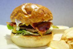 ファイヤーハウスの伝統を受け継ぐベーコンチーズバーガーシルエット味のバランスともに安定感あってイイね次回は限定ものに挑戦したいところ#meallog #food #foodporn #burger #burger_jp #ハンバーガー #