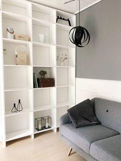 DIY – Hjemmebygget væg til væg bogreol | livingonabudgetdk Built In Furniture, Work Surface, Modern Kitchen Design, Indoor, Shelves, Living Room, Home Decor, Houses, Interiors