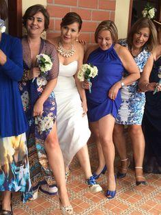 Muchos intentos para lograr la mejor pose Bridesmaid Dresses, Wedding Dresses, Pose, Fashion, Bridesmaids, Pictures, Bride Maid Dresses, Bride Gowns, Wedding Gowns