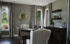 salón comedor con espejo en forma de sol
