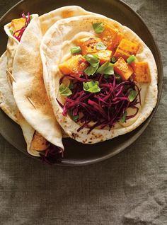 Sandwich pita aux patates douces en croûte de parmesan, chou rouge et sésame #recette #repasvegetarien