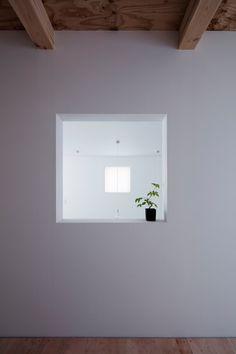 Image 27 of 38 from gallery of Shoji Screen House / Yoshiaki Yamashita. Photograph by Eiji Tomita Semi Detached, Detached House, Osaka, Shoji Screen, Screen House, Japan, Staircase Design, Photo Archive, Floating Shelves