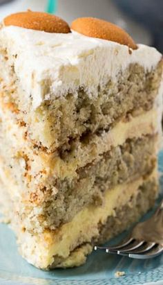 Banana Pudding Cake Recipe A Layer Cake With All The Flavor Of Banana Pudding. Between The Layers Is A Creamy Banana Pudding Filling With Nilla Wafers And Fresh Banana Slices. The Cake Is Covered In A Delectable Whipped Topping Frosting Banana Recipes, Spicy Recipes, Cake Recipes, Dessert Recipes, Köstliche Desserts, Delicious Desserts, Yummy Food, Pudding Desserts, Pudding Recipes