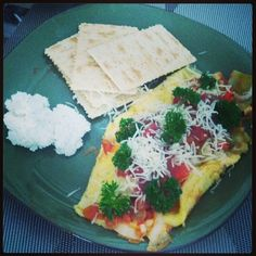 Omelette de tomate, cebolla, corazones de alcachofa, salsa mexicana, perejil y emmental.