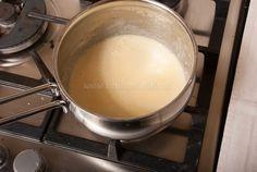 Romige citroensaus (voor bij visgerechten) - Keuken♥Liefde Flavored Butter, Dinner With Friends, Dips, Dinner Recipes, Food And Drink, Appetizers, Herbs, Baking, Ethnic Recipes