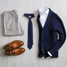 Smart casual outfit for work: navy blue cardigan, white shirt, navy blue tie, gray jeans and brown shoes Casual Look Men, Smart Casual, Casual Looks, Mode Outfits, Casual Outfits, Fashion Outfits, Fashion Tips, Fashion Trends, Der Gentleman