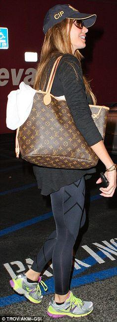 Sofia Vergara clutching her LV Neverfull tote bag ;)
