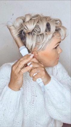 How to do a wavy boho look on a pixie cut Funky Short Hair, Super Short Hair, Short Hair Styles Easy, Short Hair With Layers, Short Hair Cuts For Women, Curly Hair Styles, Short Choppy Hair, Short Grey Hair, Edgy Hair