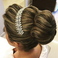 Bom dia com esse hair da nossa noiva @polyung #equipejanainamendes #style #penteadosx #coqueanso #noiva#wedding #bridal #bride #instahair#wella #penteados#penteadosdiva#hairpostes #hairdo Tiara: @andresadesabridal