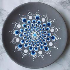 Voor het eerst op grijze bordjes gestipt, geeft zo'n leuk effect! #stippen #serviesstippen #porseleinstippen #stipstijl #stipstijlvirus… #ceramicpainting Voor het eerst op grijze bordjes gestipt, geeft zo'n leuk effect! #stippen #serviesstippen #porseleinstippen #stipstijl #stipstijlvirus… Dot Art Painting, Mandala Painting, Pebble Painting, Ceramic Painting, Stone Painting, Mandala Painted Rocks, Mandala Rocks, Pottery Painting Designs, Rock Painting Designs