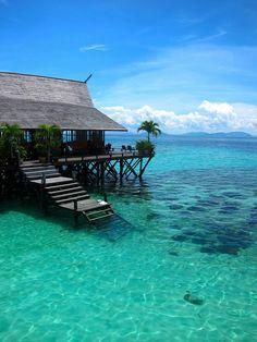 マレーシア北東部にあるセンポルナは驚くほど透明度が高く美しい海で有名で、スキューバーダイビングをはじめとして観光客が多く押し寄せます。現在では観光業と海産物が主要な産業で栄えている町です。そんな神秘の海「センポルナ」の美しい写真と詳細情報をまとめました!    センポルナはこんなところ      浅瀬はターコイズブルーの美しい海、沖合いは深いネイビーブルーの雄大な海が広がります。...