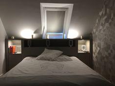 Chambre dans les combles; Pièce mansardé mobilier : lit Mobilier sur mesure : rangement et tête de lit Fenêtre de toit Revêtement mural: papier peint à motif géométrique et peinture coloris gris claire et foncé