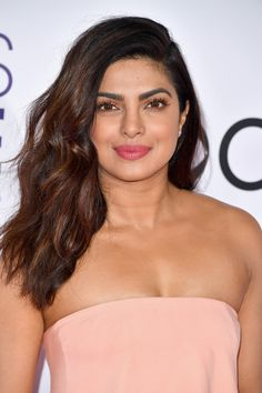 Priyanka Chopra& Pink Makeup Is Exactly How You Want Your Face to Look Beautiful Bollywood Actress, Most Beautiful Indian Actress, Beautiful Actresses, Priyanka Chopra Makeup, Beauty Full Girl, Celebrity Look, Celebrity News, Bollywood Fashion, Bollywood Saree