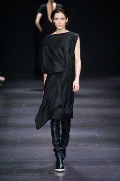 #cestmarobe fan de Défilé Ann Demeulemeester automne hiver 2014-15 : Stylée, la robe asymétrique ! #PinPFW www.cestmarobe.com