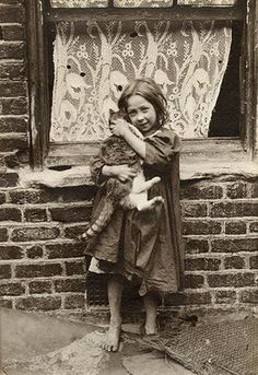Spitalfields nippers: rare photographs of London street kids in 1901 – in pictures A young girl cuddles with a cat. [Spitalfields nippers: rare photographs of London street kids in Credit: Horace Warner/The Religious Society of Friends in Britain A Antique Photos, Vintage Pictures, Old Pictures, Vintage Images, Old Photos, Vintage Children Photos, Victorian Pictures, Vintage Ads, Victorian London