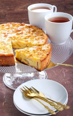 Gâteau facile aux pommes Köstliche Desserts, Delicious Desserts, Dessert Recipes, Arabic Sweets, Arabic Food, Mousse Au Chocolat Torte, Easy Apple Cake, Sweet Bakery, Caramel Apples