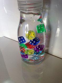 un metodo facile per aiutare il tuo bambino a calmarsi e bottiglie per stimolare i sensi.