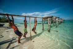Semporna in Sabah, Malaysia. Looks like paradise.only if it is safe from pirates, just saying. Madagascar, Bajau People, Semporna, Camera Life, Destinations, Paris Match, Destination Voyage, Crystal Clear Water, Turquoise Water