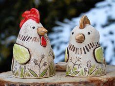 Velikonoční slepička a kohoutek - pár Vyrobeno ze světlé hlíny, patinováno…