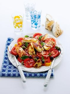halloumi salad This lovely vegetarian salad recipe is bursting with fresh sunshine flavours and best served with crusty bread.This lovely vegetarian salad recipe is bursting with fresh sunshine flavours and best served with crusty bread. Halloumi Salad Recipes, Vegetarian Salad Recipes, Veggie Recipes, Cooking Recipes, Healthy Recipes, Hallumi Recipes, Dinner Recipes, Halloumi Salat, Gourmet