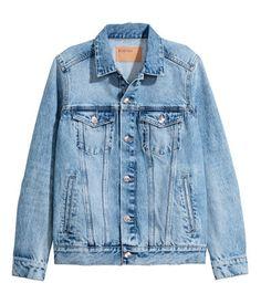 399 kr storlek 38 Ljus denimblå. En jacka i tvättad denim med slitna detaljer. Jackan har knäppning fram, bröstfickor med lock och knäppning samt sidfickor. Knäppning vid