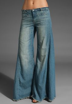 Free People Extreme Vintage Chambray Flare in Easy Rider Wash I just peed my pants I want these sooooo bad Bell Bottom Pants, Bell Bottoms, Rave Pants, Looks Style, My Style, Boho Fashion, Fashion Outfits, Jean Outfits, Loose Jeans