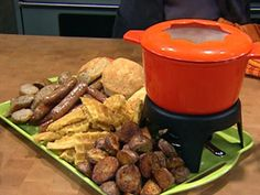 ~Rachael Ray Show ~ Food ~ Breakfast Fondue!Some occasion like on New Year's Day or better yet, Christmas Morning.An easy, but gorgeous display of scrumptious assorted delights with LOTS of fun, still! Cheese Fondue Dippers, Best Cheese Fondue, Breakfast Dishes, Breakfast Recipes, Crepes, Fruit Dips, Fondue Party, Snacks, Brunch Recipes