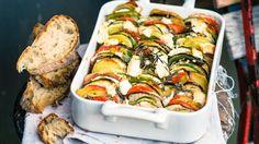 Das Gericht ist nach dem Tongefäß benannt, in dem Gemüse, Gratins oder Ragouts langsam im Ofen gegart werden: Französischer Gemüsetian mit Käse | http://eatsmarter.de/rezepte/franzoesischer-gemuesetian-mit-kaese