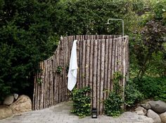 Rustic Outdoor Shower - wish I could have one where I live Outdoor Baths, Outdoor Bathrooms, Outdoor Kitchens, Outdoor Living Rooms, Outdoor Spaces, Living Spaces, Outside Showers, Outdoor Showers, Rustic Outdoor