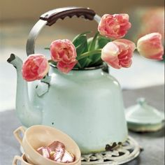 Bouquet de tulipes roses dans une bouilloire en tôle émaillée vert d'eau -  Bunch of pink tulips in a green enamel steel kettle.