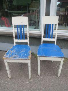 Kauniinmalliset jugend-tuolit, pinnoissa jo reilusti kulumaa, toisen tuolin etureunaan tehty korjailua ja siinä on muutama naula, liimaukset melko hyvässä kunnossa.  20 euroa/kpl.