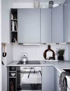 HNote: narrow shelves on the cooktop end for books/ trays/ chopboards etc (shelf width 30-40 cm)