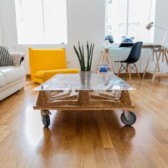 Coffee table hand-made with recycled materials by Pétula Plas