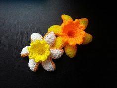 Rainbow loom Daffodil Flower Tutorial - YouTube Rainbow Loom Tutorials, Rainbow Loom Creations, Rainbow Loom Bands, Rainbow Loom Charms, Loom Flowers, Crochet Flowers, Knitting Stiches, Loom Knitting, Fun Loom