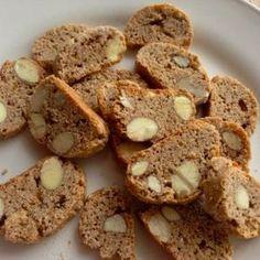 Tento recept honem dávám na blogpro mou trenérku Yayku, která slíbila sušenky svému tatínkovy. Cantucci jsou sušenky, které se dávají ke kávě, ale jsou dobré jen tak. 350 g špaldové mouky 2 lžičk… Desert Recipes, Raw Food Recipes, Sweet Recipes, Cooking Recipes, Healthy Deserts, Healthy Sweets, Fruit Roll Ups, Good Food, Yummy Food