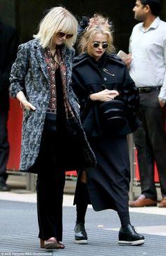 Sandra Bullock Cate Blanchett and Helena Bonham Carter's amazing fashion on Ocean's Eight set in New York Ocean's Eight, Looks Style, My Style, Red Velvet Jacket, Helena Bonham Carter, Platinum Blonde Hair, Cate Blanchett, Retro Fashion, Vintage Outfits
