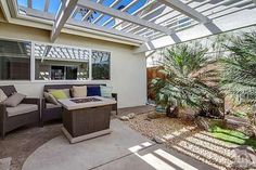 Ventura Beach Real Estate Agent offers buying and selling of on-water and off-water houses, at Ventura keys, located on the beach front, creating a beautiful coastline.