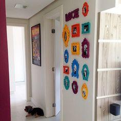 """Achei muito legal a ideia dos porta retratos coloridos no corredor do apê. Ficou bem moderninho e um ótimo espaço para fotos dos momentos especiais. Foto de um apartamento real postado no blog """"Comprando meu apê"""", da Bruna Dalcin. Ig: @brunadalcin #blogmeuminiape #meuminiape #apartamentospequenos #ambientesreais #corredor #fotos #decor #decoracao"""